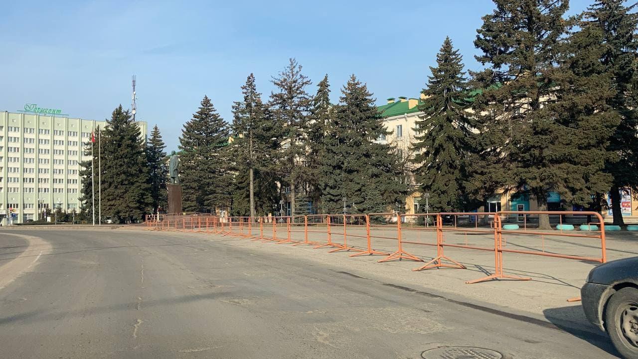 Утром 25 марта парковка со стороны памятника Ленину ограждена турникетами. Фото: Ирина КОМИК