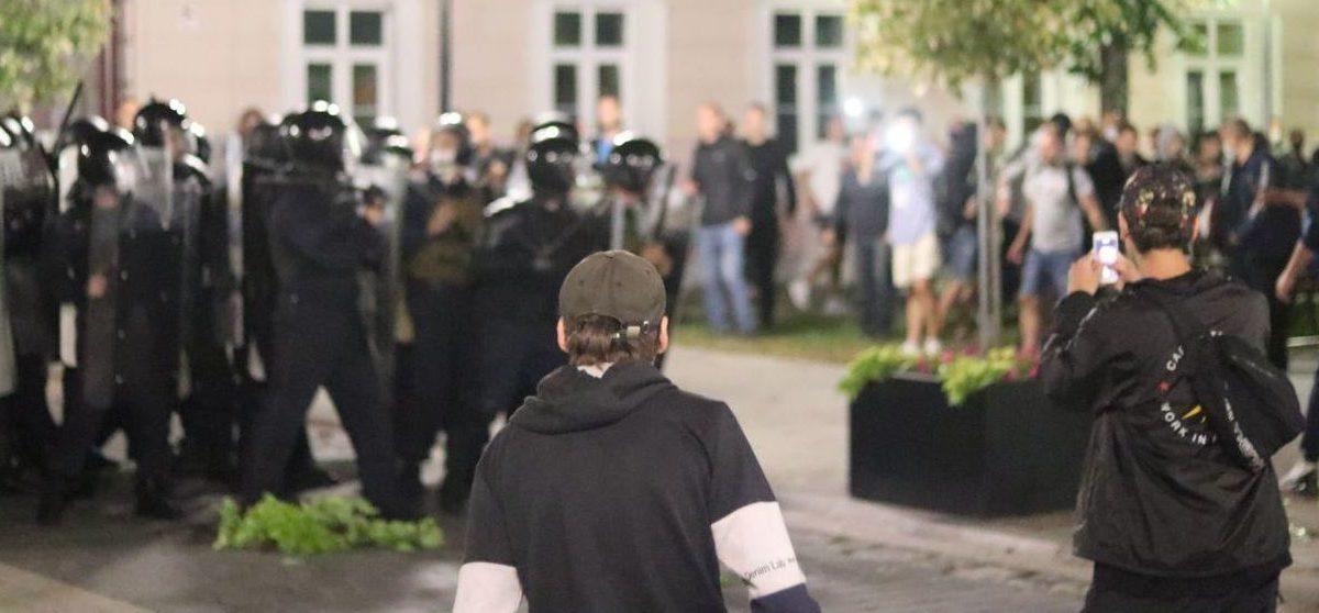 Избитые и переломанные силовики, вырванные урны и цветы. Судят участников «пинской бойни» в ночь после выборов