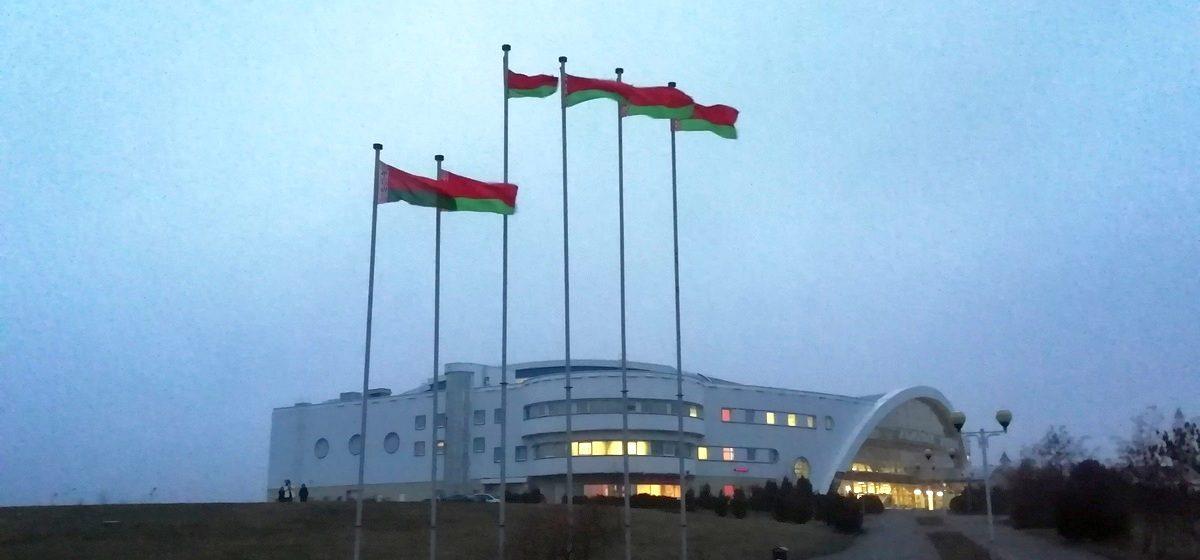 Сразу шесть флагов вывесили на площадке около Ледового дворца в Барановичах. Фотофакт