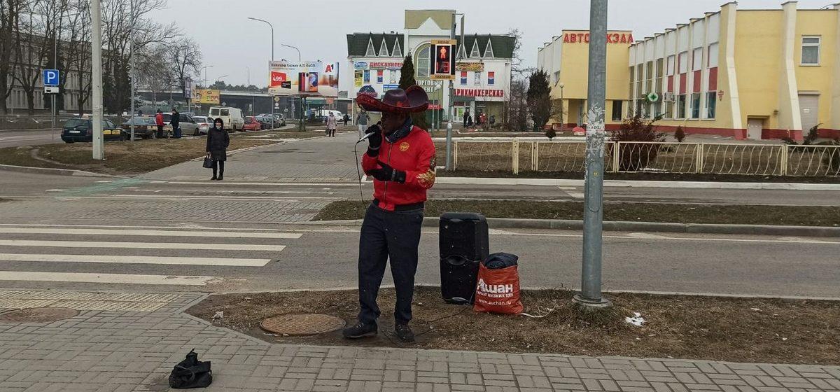 Темнокожий певец «дал концерт» у вокзала в Барановичах. Видео