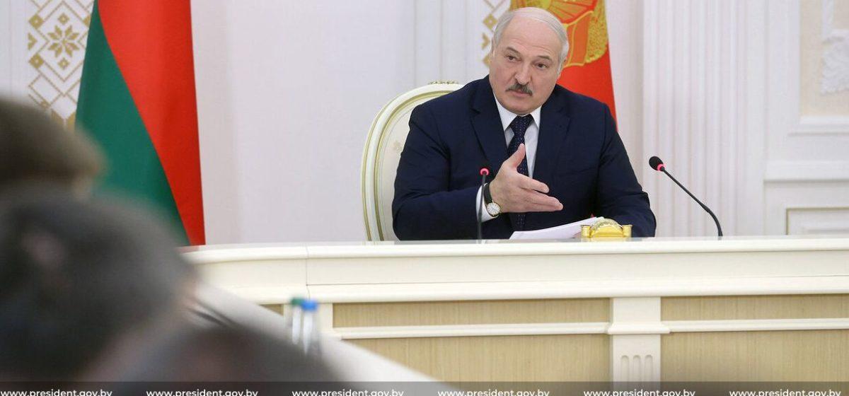 «Вылезайте из-под плинтуса и начинайте работать». Лукашенко «наехал» на неблагонадежных чиновников