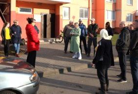 «Тот кто это сделал, никогда тут не был». Жильцы многоэтажек в Барановичах возмущены закрытием въезда во двор