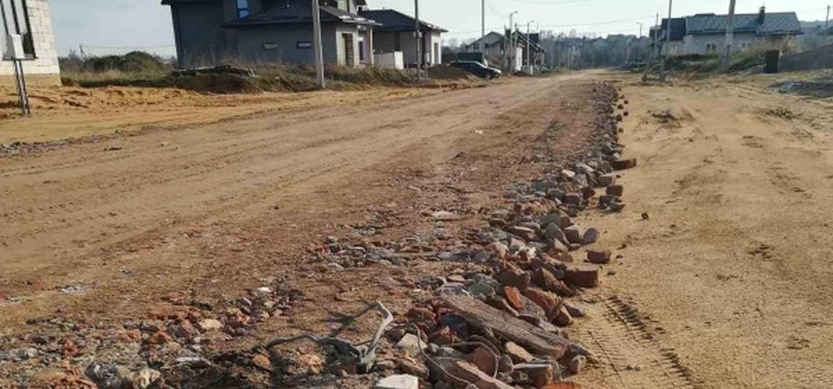 «Битый кирпич, арматура, тряпки». Чем отсыпали дорогу в новом микрорайоне в Барановичах. Фотофакт