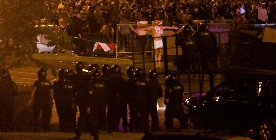 «В центре Европы сгорает одна маленькая страна». В Париже на заборе резиденции Макрона задержан белорусский художник