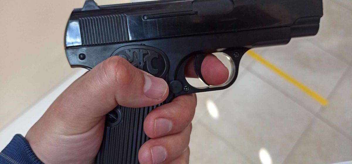 Молодежь выбивала в Слуцке у школьника долг с помощью пистолета