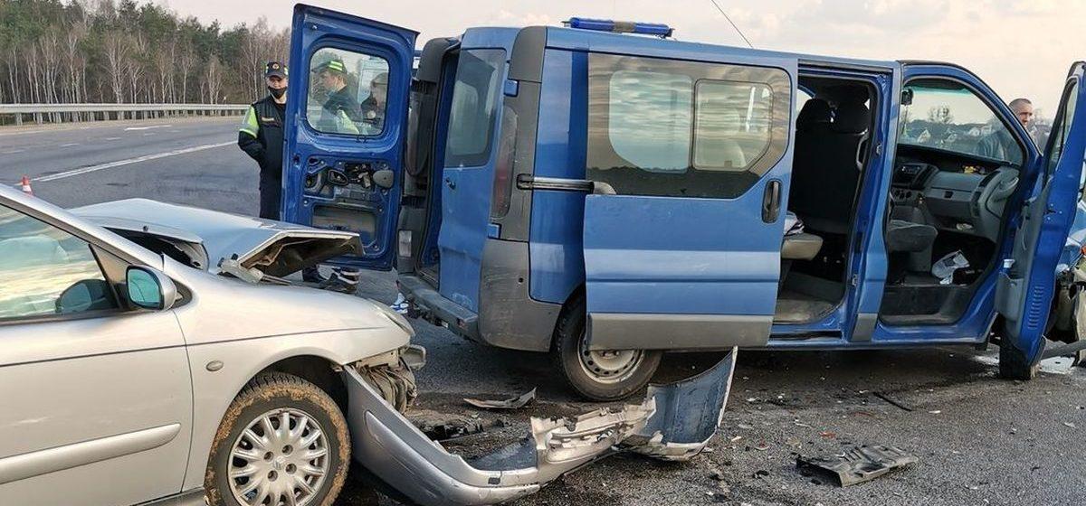 Микроавтобус и легковушка столкнулись под Барановичами — есть пострадавшие. Фото