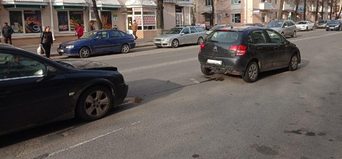 Две легковушки столкнулись в центре Барановичей