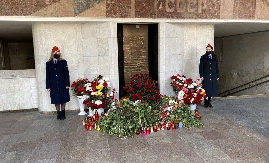 Люди несут и несут цветы к памятнику жертвам теракта в метро в Минске. Фотофакт