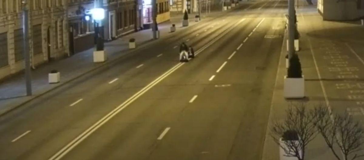Мужчины легли посреди проезжей части Гомеля снять видео для TikTok. Опубликовать не успели