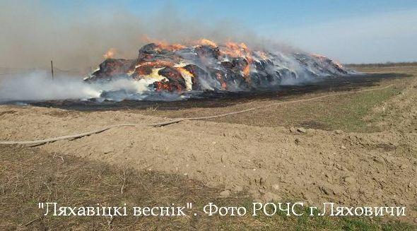 Десятки тонн соломы сгорело под Ляховичами