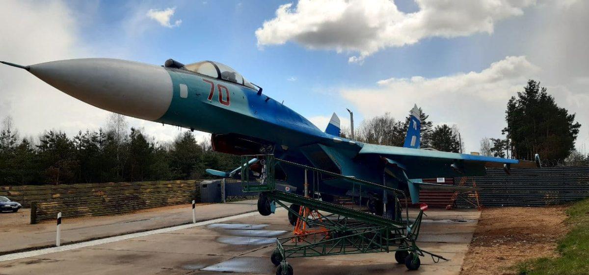 Еще один самолет установили в Барановичах. Фотофакт