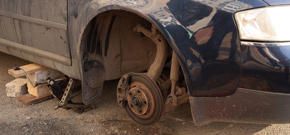 Авто въехало в яму и повредило подвеску в одном из дворов Барановичей. Фотофакт