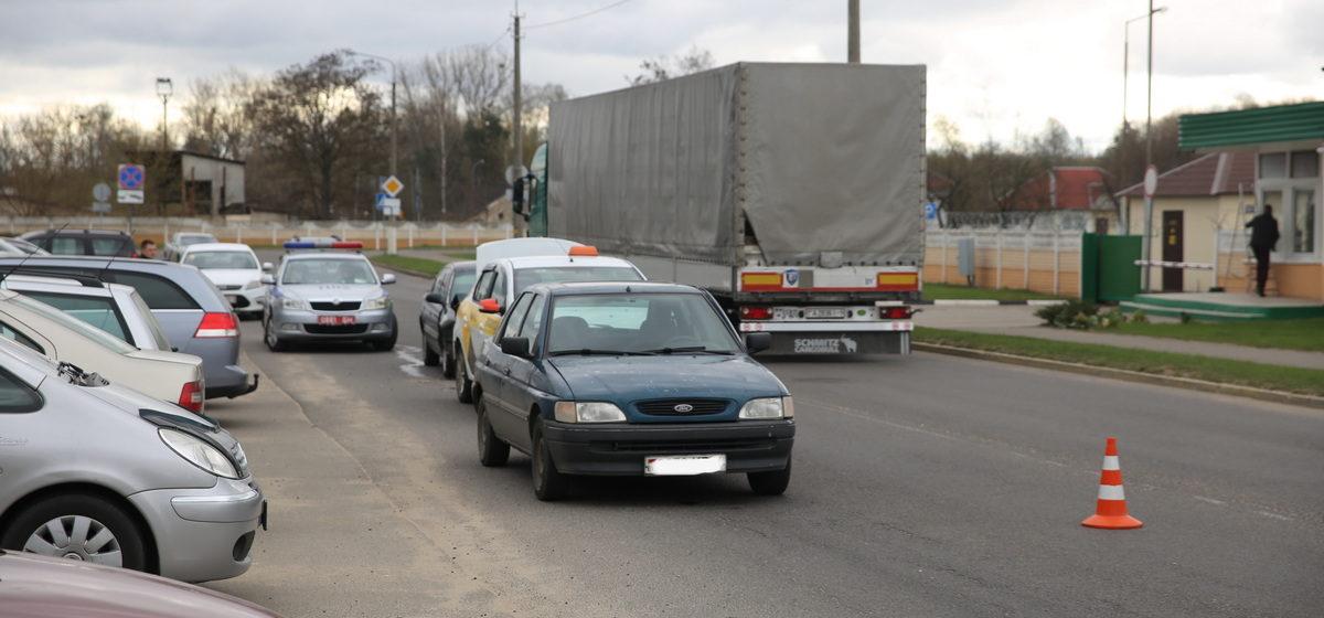Паровозик из трех автомобилей собрался около МРЭО ГАИ в Барановичах
