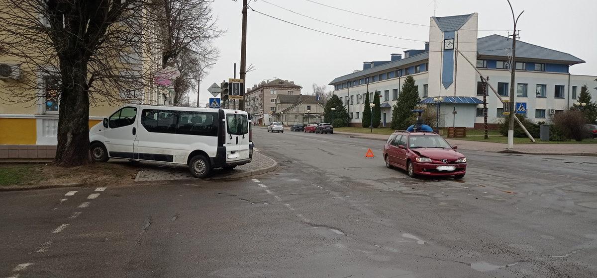 Renault и Peugeot не разъехались на перекрестке в Барановичах