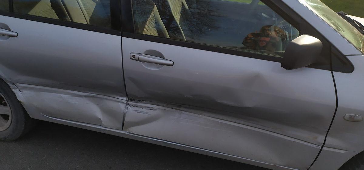 Два автомобиля столкнулись в Барановичах. Одну из машин после удара выбросило на встречку