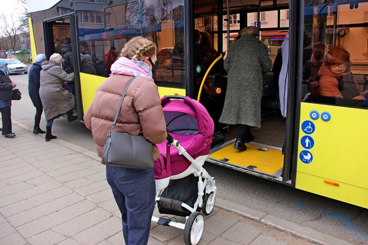 Корреспондент Intex-press тестирует новый городской автобус «МАЗ 303». Фото: Никита ПЕТРОВСКИЙ