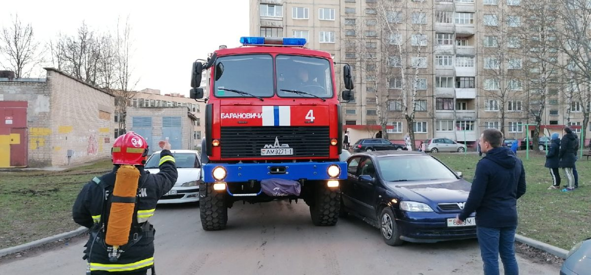 После тушения пожара в Барановичах автомобиль МЧС с трудом выехал со двора дома. Видеофакт