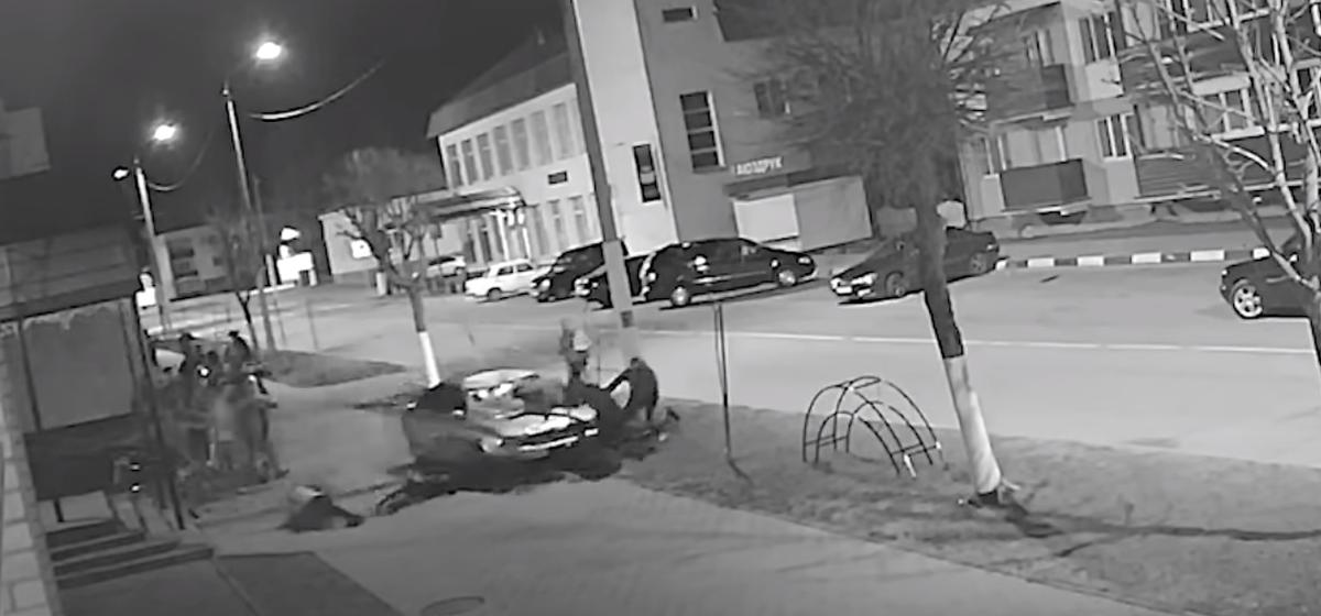 Водитель Audi протаранил толпу людей и попытался скрыться в Глуске – пять человек в больнице