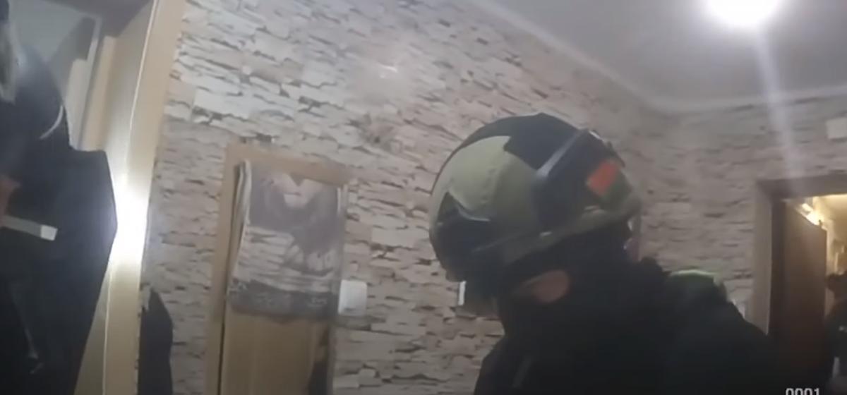 «На пол лег, руки за голову!». Появилось видео задержания подозреваемого в убийстве и расчленении женщины в Барановичах