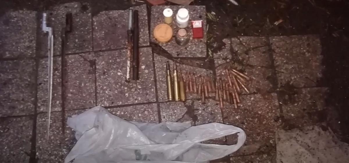 Черные копатели устроили стрельбу из самодельного пистолета в Рогачевском районе. Видео задержания