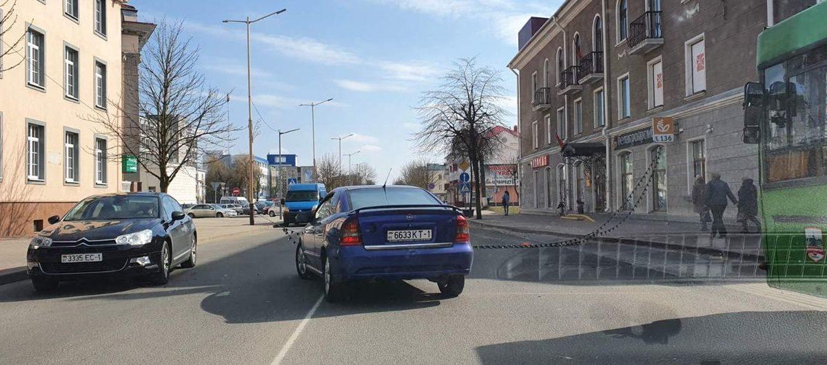 Гирлянда из лампочек упала на проезжую часть в Барановичах, и движение было заблокировано. Фотофакт