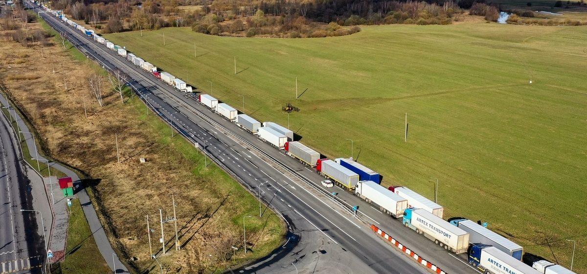 Многокилометровая очередь из фур скопилась на границе Беларуси и Польши. Видео с высоты птичьего полета