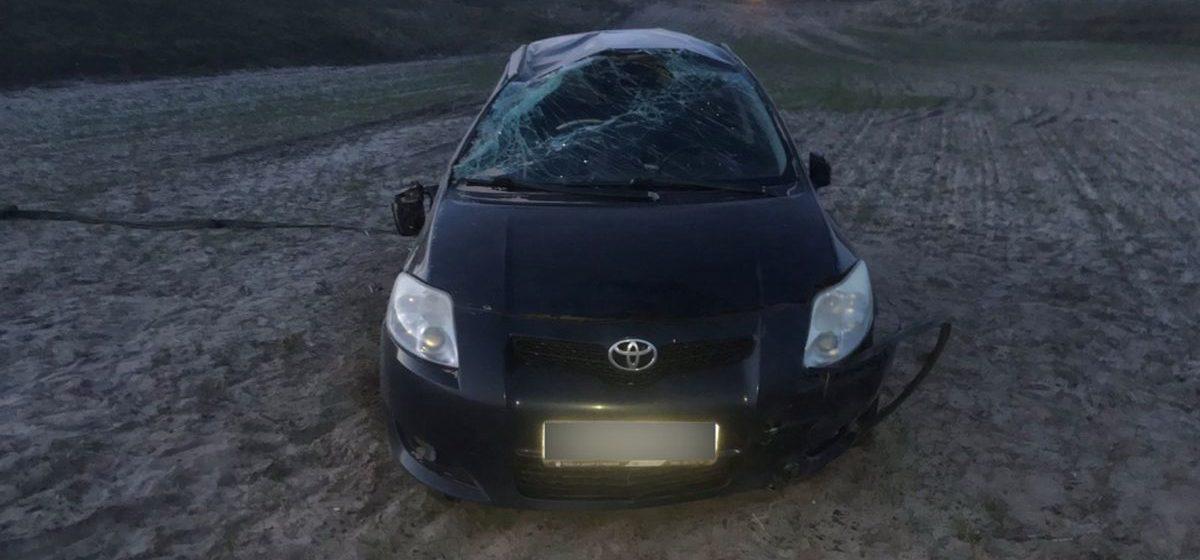 Toyota вылетела в кювет и перевернулась в Брагинском районе. В машине находился трехмесячный ребенок, которого везли в больницу