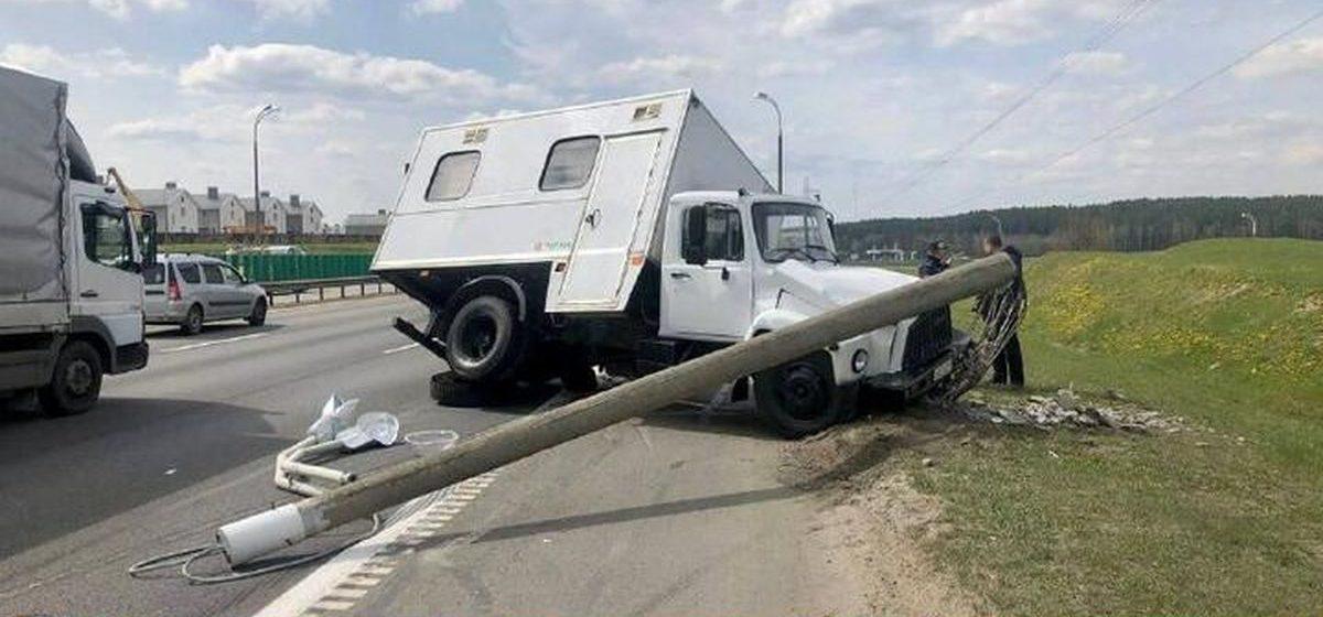 У грузовика на ходу отвалились колеса, и он влетел в столб на МКАД