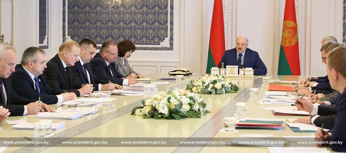 «За деньгами даже не обращайтесь». Лукашенко проводит совещание о ситуации в агропромышленном комплексе