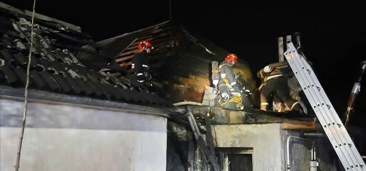 Открытым пламенем горел дом в Барановичах. Видео