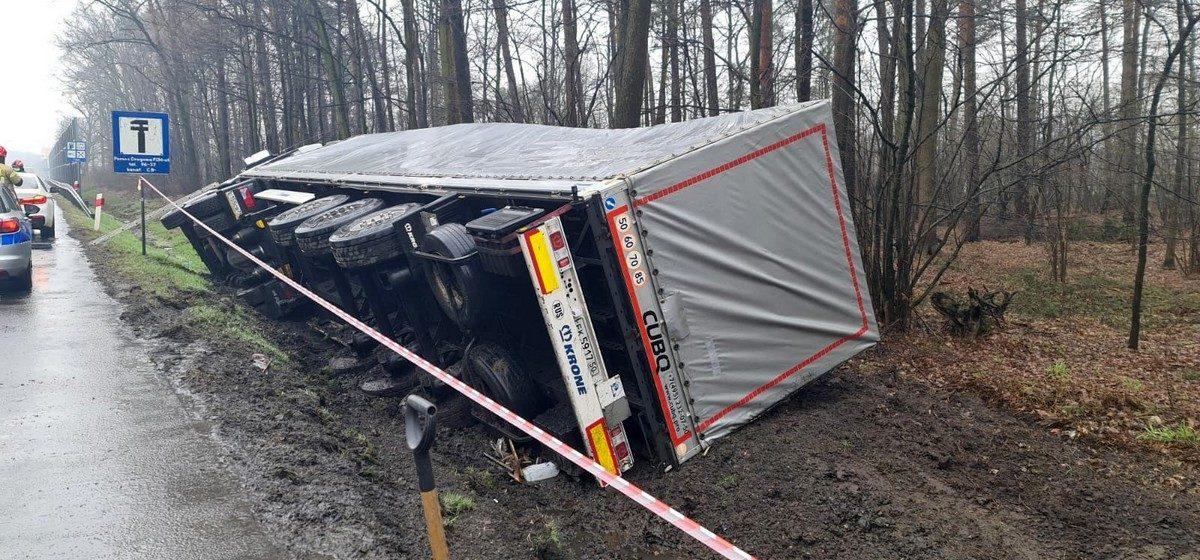 В Польше белорус на фуре съехал с дороги в канаву и перевернулся. Фото