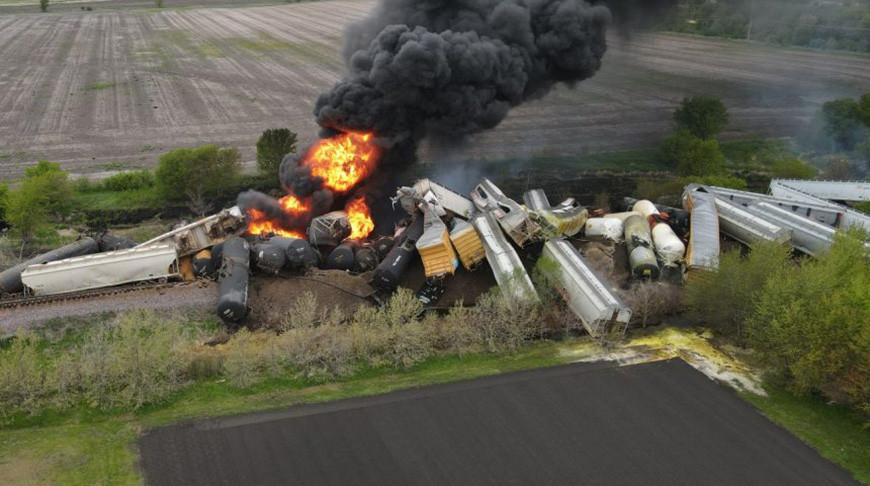 Грузовой поезд сошел с рельсов из-за обрушения моста в США