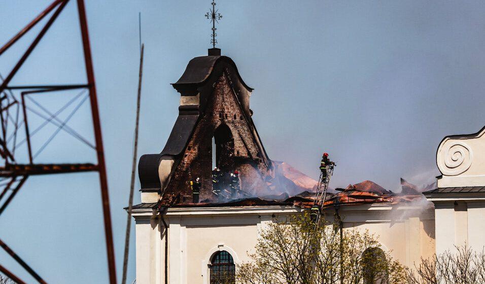 «Аднаўляць будзем усёй Беларуссю». Рэпартаж з Будслава, дзе ратавалі ад пажару каталіцкую святыню