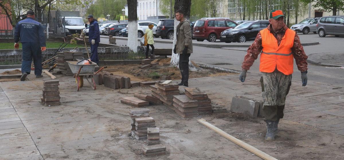 Старую плитку из молодого парка укладывают около городского Дома культуры в Барановичах. Фотофакт
