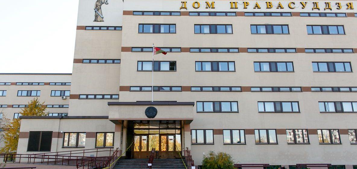 В Минске рассматривают большое «дело студентов». К зданию суда пришли более ста человек, прошли задержания