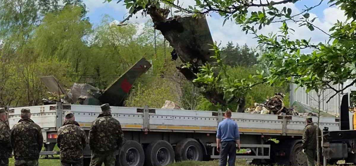«Военные находят части самолета в радиусе 800 метров». Что происходит на следующий день на месте падения самолета в Барановичах