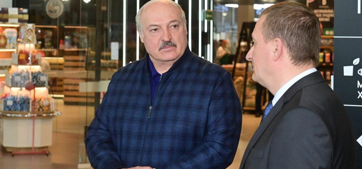Как Лукашенко просил на рынке 7 рублей на пакет сока. Видеофакт
