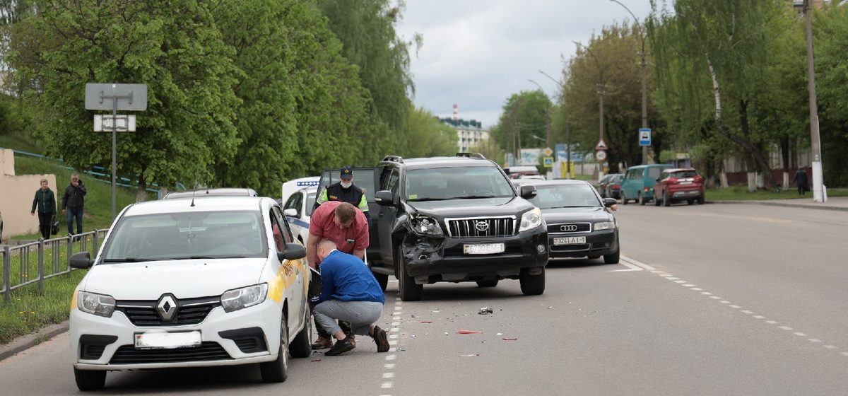 Toyota въехала в такси в Барановичах