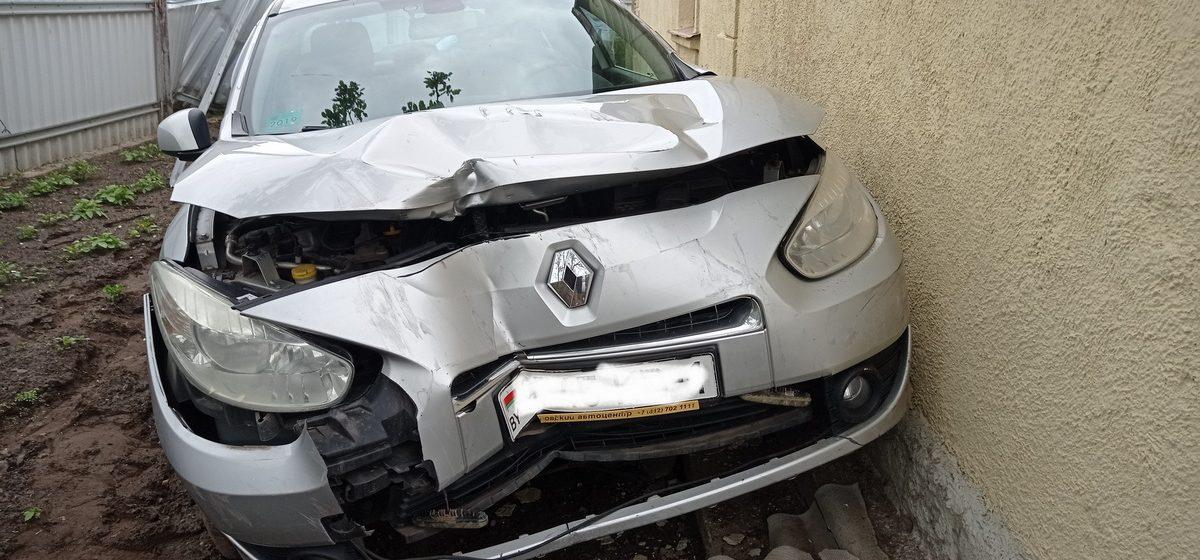 Renault снес забор и влетел в дом в Барановичах