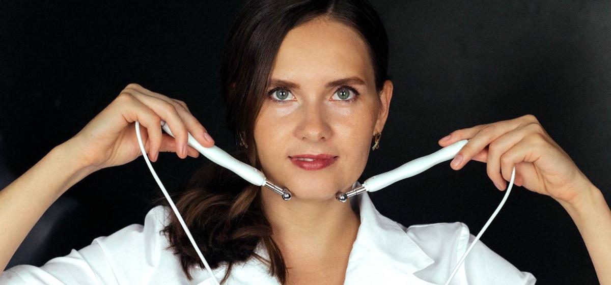 «Клиентка просила спасти ее лицо». Помогут ли тейпы стать моложе, рассказала косметолог