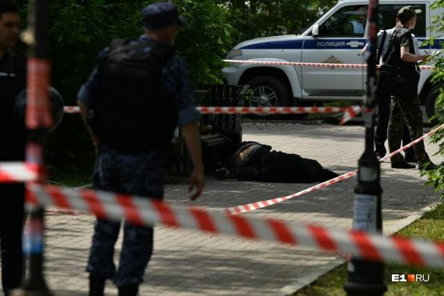 Трех прохожих зарезали в парке Екатеринбурга. Полиции пришлось стрелять по нападавшему