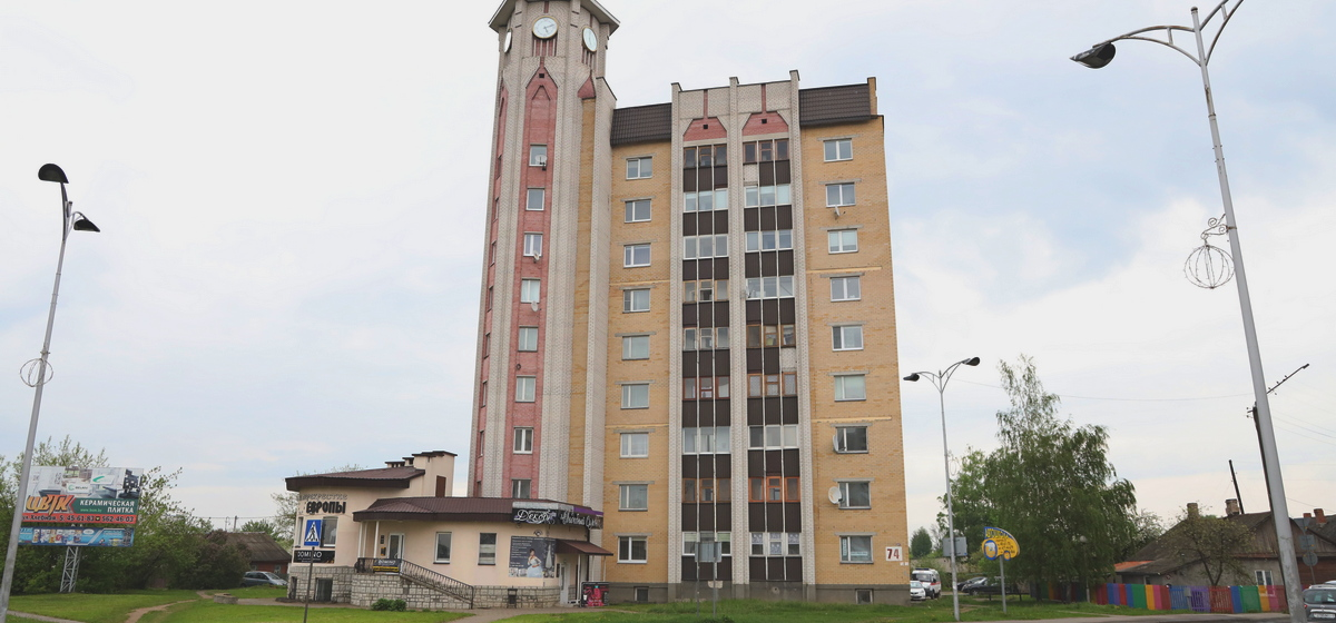 Разное время показывают часы на многоэтажке в Барановичах. Фотофакт