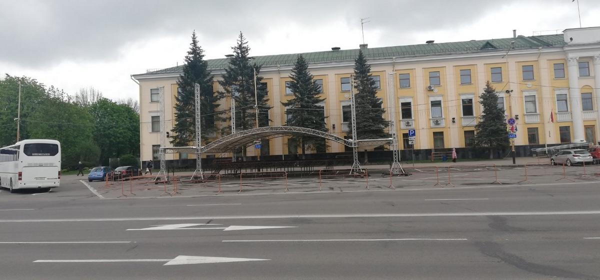 Сцену для празднования 150-летия города устанавливают в Барановичах. Фотофакт