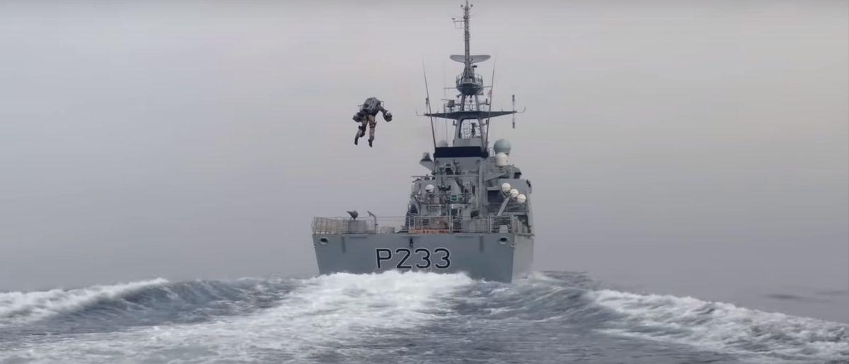 Посмотрите, как пилот в реактивном костюме штурмует судно британской береговой охраны. Видео
