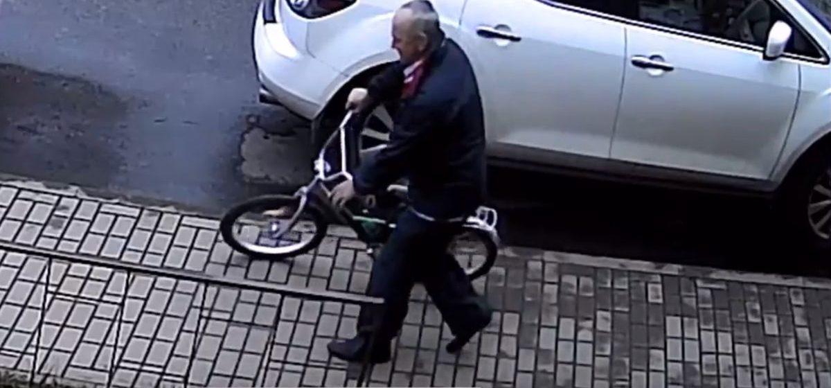Барановичская милиция разыскивает подозреваемого в краже велосипеда. Видео