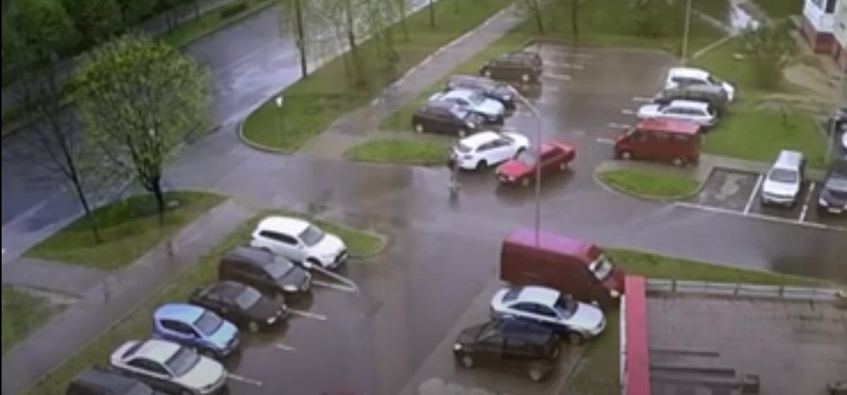 Две легковушки не могли разъехаться на парковке в Барановичах. Смотрите, чем все закончилось