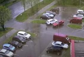 Подробности ДТП в Барановичах, когда легковушки не смогли разъехаться на парковке и сбили человека