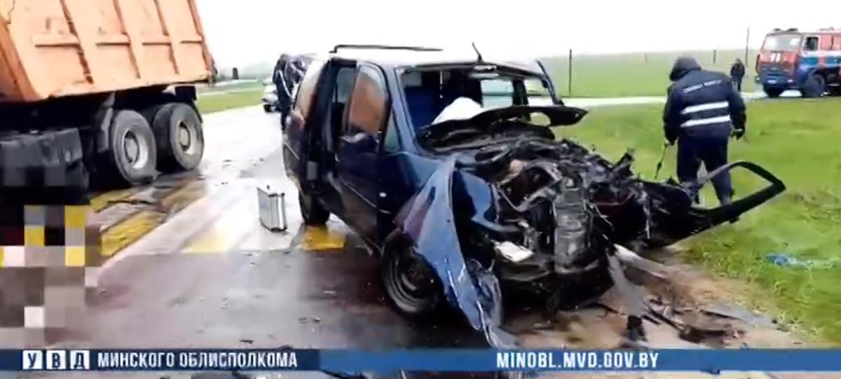 Citroën влетел в самосвал в Червенском районе — один человек погиб, водитель в больнице