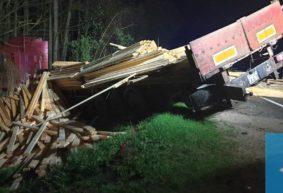 Грузовик, который вез доски в Барановичи, повредил два авто, вылетел в кювет и врезался в деревья. Фото