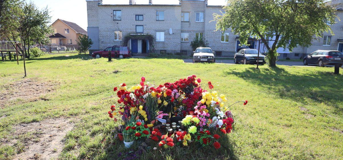 Цветы, лампадки, фуражка. Что происходит на месте гибели летчиков в Барановичах спустя неделю